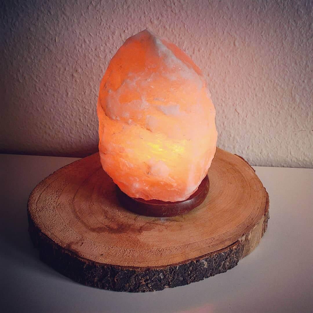 Himalaya saltstenslampe / saltstenlampe - tændt